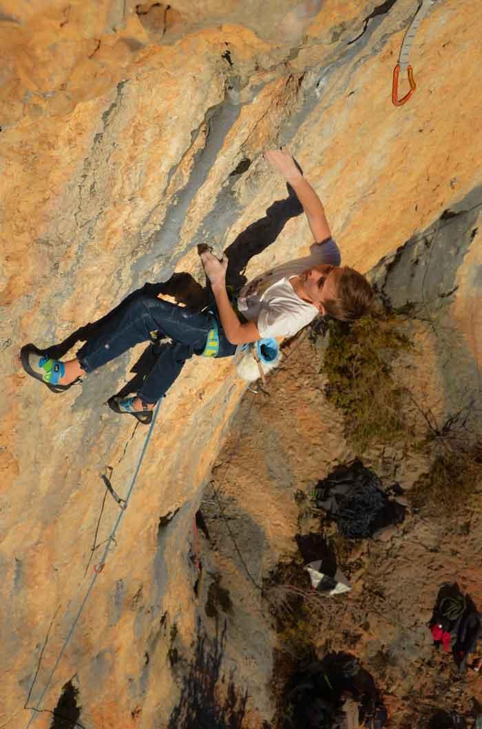 Jeune grimpeur dans 8a