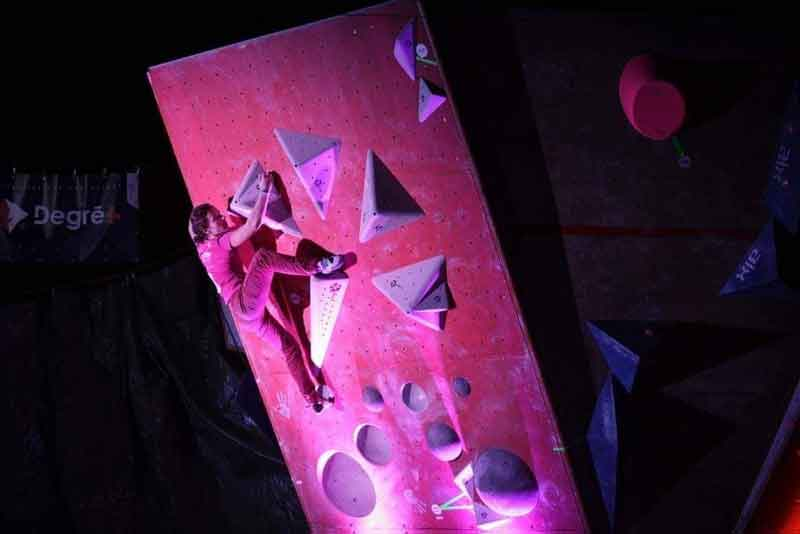 Justine sur mur d'escalade
