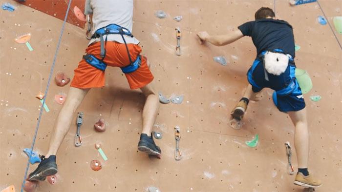eleves sans chausson d'escalade pendant un cours